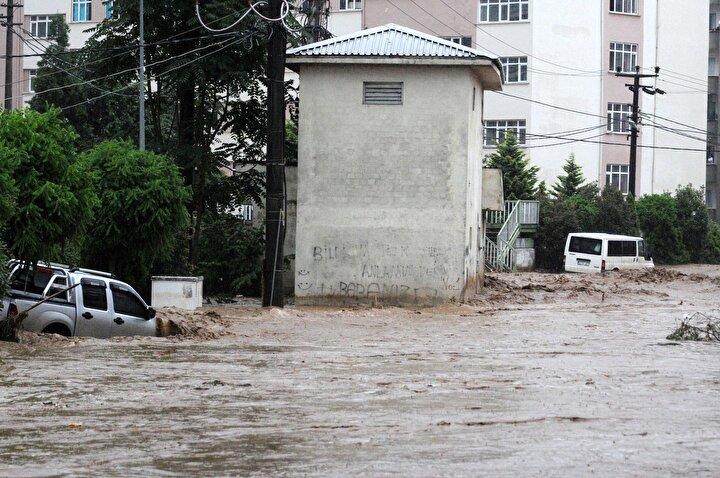 Rizede Ağaran Şelalesi, aşırı yağışla taştı