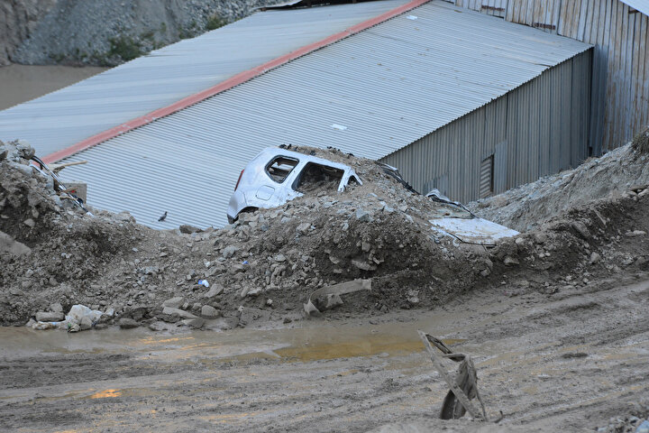 Tünelin çamurla kaplanması nedeniyle Erzurum- Artvin yolu, ulaşıma kapandı.