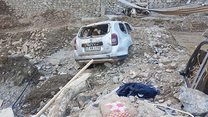 Dağlardan kopan tonlarca çamur ve kayalar, Erzurum- Artvin devlet kara yolunun 58inci kilometresindeki Su Kavuşumu-1 Tünelini balçıkla doldurdu.