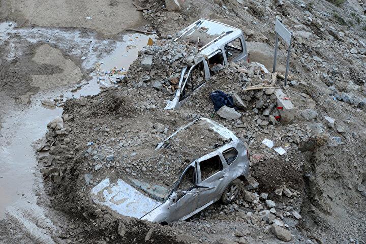 Yusufeli ilçesindeki sel ve heyelan nedeniyle 4 kişi, hayatını kaybetmiş, Artvin- Erzurum kara yolu ulaşıma kapanmış, baraj inşaatı şantiyesinde de hasar meydana gelmişti.