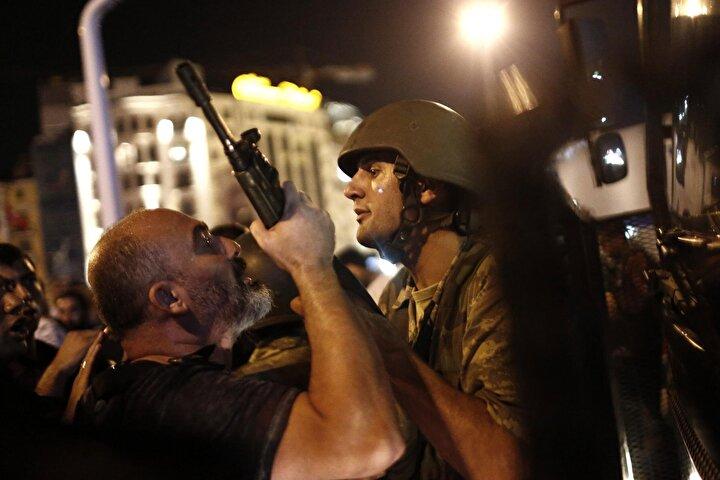 Askerin silahını tutup darbeye direnen sivil polisin fotoğrafı, dünyanın pek çok saygın dergi ve gazetesinin kapağında yayımlandı. Bu kare, Sedat Suna'ya Türkiye Foto Muhabirleri Derneği'nin düzenlediği Yılın Basın Fotoğrafları yarışmasında da haber kategorisinde üçüncülük getirdi.