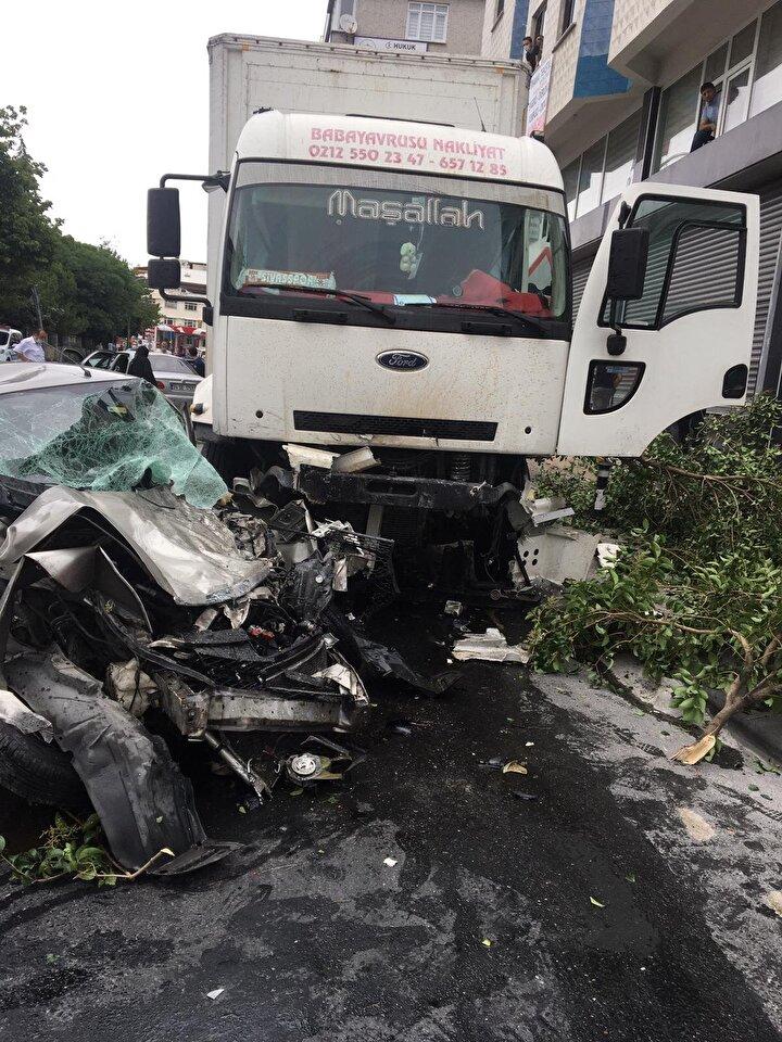 Refüjü aşan kamyon  ters istikametteki 2 otomobile çarparak durabildi.