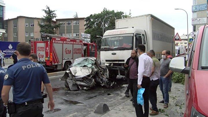 Bağcılar Mahmutbey Caddesindeki kaza saat 10.00 sıralarında  meydana geldi. Kamyon sürücüsü direksiyon hakimiyetini kaybederek aydınlatma direğine çarptı.