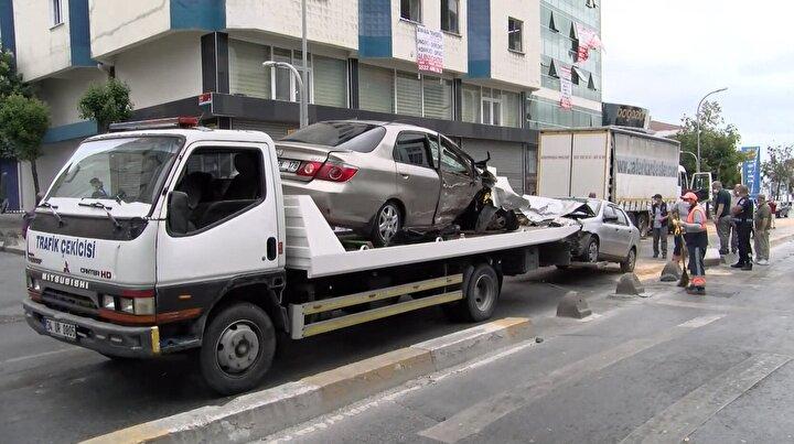 İtfaiye ekipleri otomobillerde sıkışan yaralıları çıkardı. İlk müdahalesi olay yerinde yapılan 4 kişinin sağlık durumlarının iyi olduğu öğrenildi. Kamyon sürücüsü ise polis ekiplerince gözaltına alındı. Hurdaya dönen otomobillerin yoldan çekilmesiyle cadde tekrar trafiğe açıldı.
