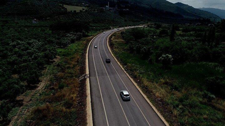 """Gemlik Mudanya arası 10 dakikaya düşecekTOGG fabrikasının Gemlike yapılacağı kararının ardından bölgenin daha da önem kazandığını ve yatırımların arttırıldığını söyleyen Esgin, """"Geçtiğimiz yıl başlayan Güzelyalı ve Engürücük arasındaki 21 kilometrelik yolu inşallah bu yıl yapacağımız çalışmalar ile birlikte 9uncu kilometreden 21inci kilometreye tamamlamış olacağız. Geçtiğimiz aylarda Altıntaşta bir viyadüğümüzü tamamlamıştık, şimdi Çamlık mevkinde 2inci viyadüğümüzü yapıyoruz. Bunun ardından da Altıntaş 2 viyadüğümüzü de yaparak Kurşunlu Çevre Yolunu tamamlayarak bu bölgedeki yolla ilgili çalışmalarımızı sonlandırmış olacağız. Gemlik Mudanya Güzelyalı arası 10 dakikaya düşecek diye konuştu."""