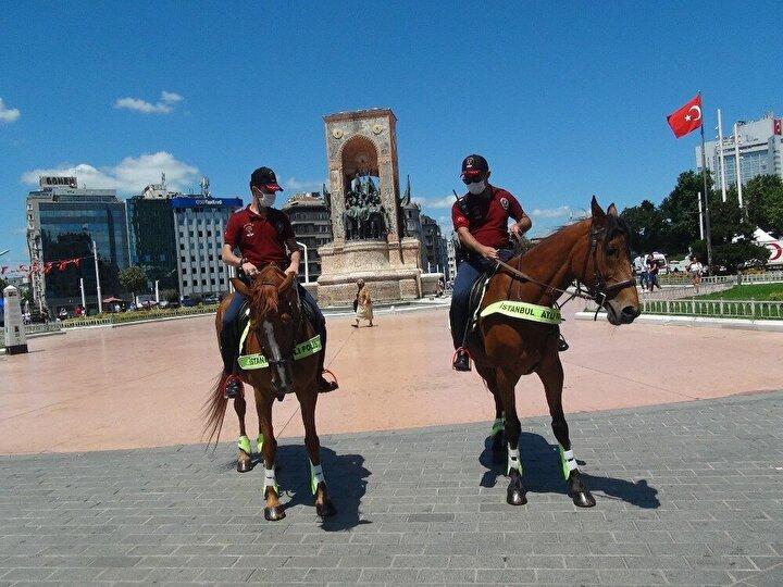 Atlı Polis birlikleri caddede gezdikleri o dakikalarda vatandaşların yoğun ilgisiyle karşılaştı.