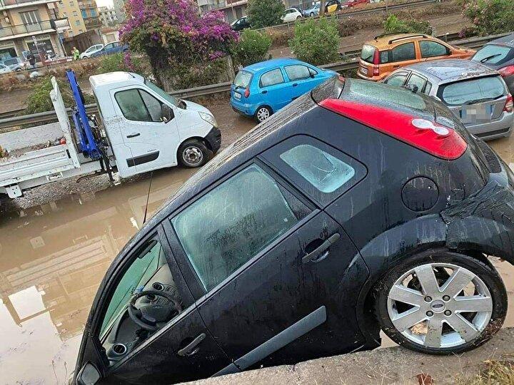 Kentte cadde ve sokakları su basarken, araçlar da suya gömüldü.