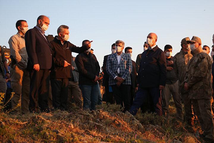Bakan Soylu daha sonra Emniyet Genel Müdürü Mehmet Aktaş, Van Valisi Mehmet Emin Bilmez, Van Jandarma Asayiş Kolordu Komutanı Tümgeneral Hacı İlbaş ile Van Gevaşta, insanlı keşif uçağının düştüğü bölgede incelemelerde bulundu.