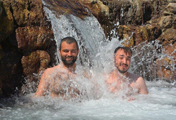 Çorumdan tatil için Datçaya gelen Emre Şener (30) ise denizin tuzunu minik şelalenin sularında attıklarını belirtip, Ortam olarak çok güzel, nezih bir yer. Çok beğendik dedi.