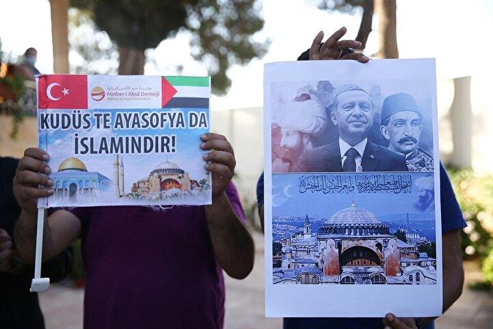 Öte yandan Kudüs'ün önde gelenlerinden Şeyh Nureddin er-Recebi de Bugün burada bulunmamızın sebebi Türkiye halkının ve liderinin Ayasofya'yı ibadete açma kararına destek vermektir. dedi.