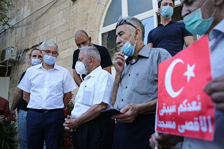 Aralarında Kudüs'ün kanaat önderlerinin de bulunduğu bir grup Filistinli, Türkiye'nin Kudüs Başkonsolosluğunu önünde bir araya geldi.