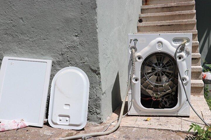 Çamaşır makinesinin parçalanmasına neden olan yılan, itfaiye ekiplerince alınarak başka bir alanda doğaya salındı.