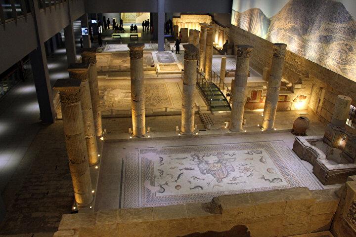 Zeugma Mozaik Müzesi'nde görevli arkeolog Merve Kaçmış, bu yılın ilk günlerinde izin alarak memleketi Diyarbakıra gitti. Kaçmış, 13 Ocak günü ağabeyinin evinin penceresinden kendisini boşluğa bırakarak yaşamına son verdi.