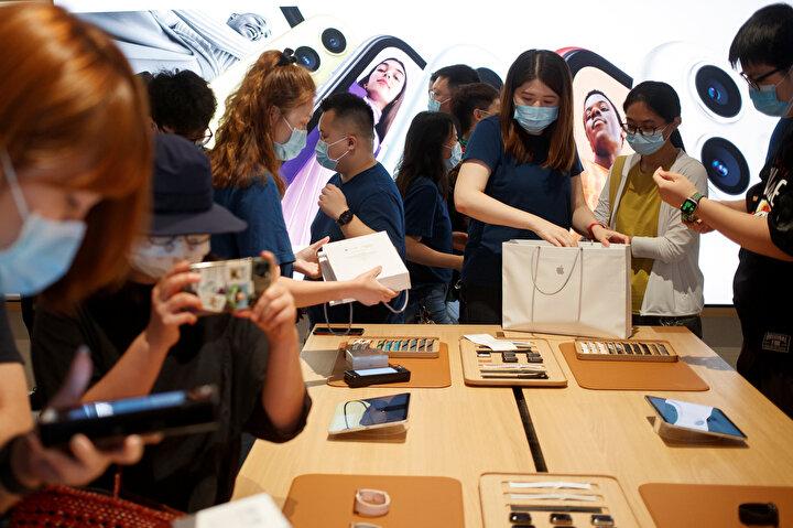 Ancak Çin basınını tarafından yayınlanan karelerde pek çok kişinin sosyal mesafe kuralını hiçe saydığı görüldü.