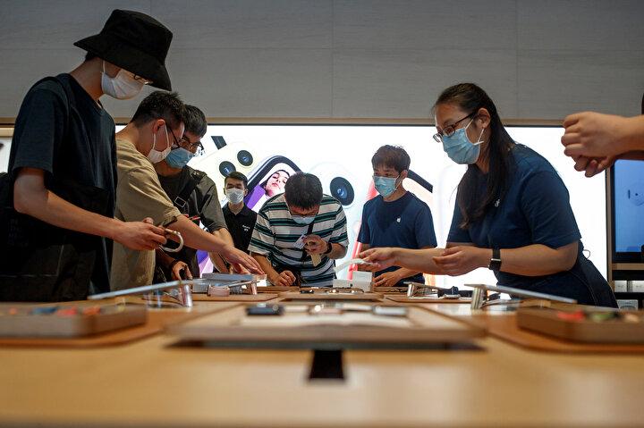 Pekinin Chaoyang bölgesinde açılan mağazanın şirketin aynı bölgede daha önce hizmete açtığı Apple Storedan iki kat daha büyük olduğu bilgisine yer verildi.