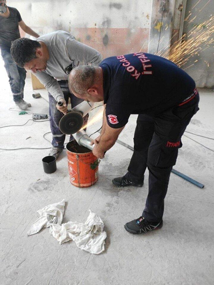 Başarılı olamayan işçiler, itfaiye ekiplerinden yardım istedi. İhbar üzerine fabrikaya gelen itfaiye ekipleri, kedilerin kurtarmak için çalışma başlattı.