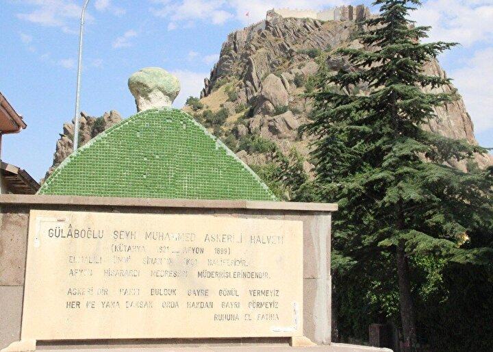 Mahalle sakinlerinden 71 yaşındaki Ali Erdem, çocukluğundan bu yana mezarın şimdiki yerinde olduğunu ve kaldırılamadığını ifade etti.