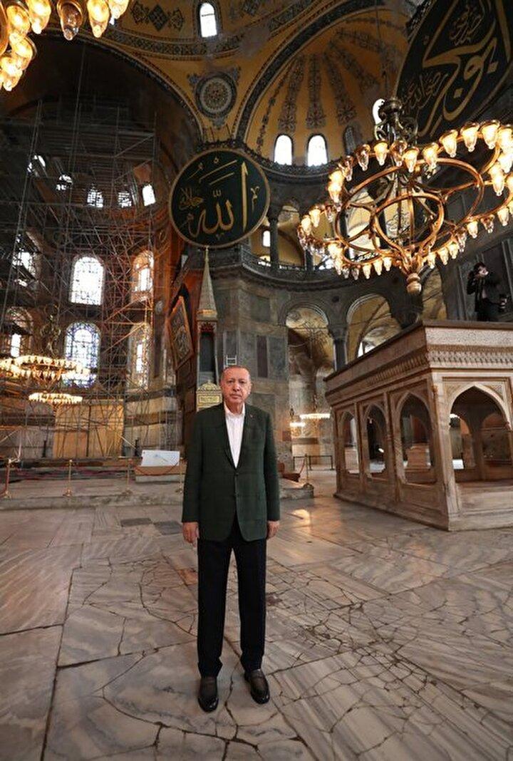 Erdoğan, incelemelerinin ardından Ayasofya Camisinden ayrılırken, vatandaşları selamladı.