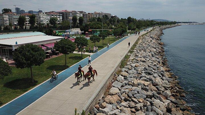 İstanbul Emniyet Müdürlüğü Çevik Kuvvet Şube Müdürlüğü Atlı Birlik Grup Amirliğine bağlı atlı polisler, Kadıköy Bostancı Sahilinde denetim yaptı.