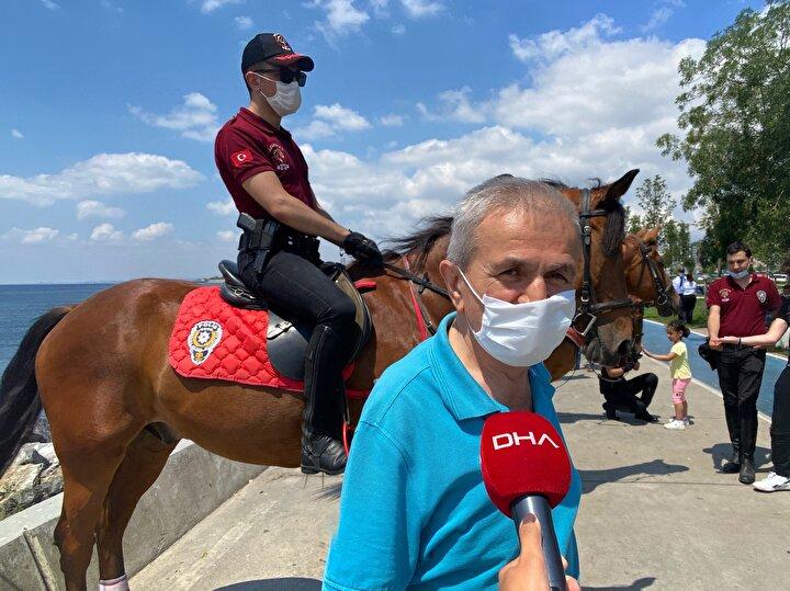 Pikniğe gelen bir vatandaş, atlara şeker yedirdi.