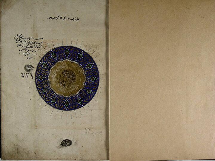 Ayasofya Kütüphanesinde Fatih Sultan Mehmed için tercüme edilerek, Sultana ithaf edilen Manzum Tercüme-i Kelime-i Sad adlı eser. Fatih Sultan Mehmedin tercüme ettirdiği önemli eserlerdendir. Eserin alt taraftaki mühür oğlu Sultan II. Bayezide aittir.( Ayasofya-4129)