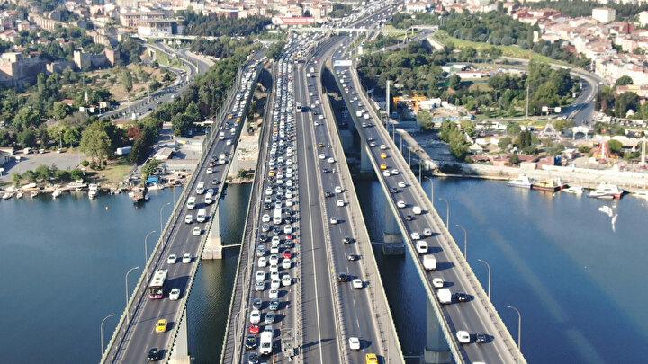 İstanbul Büyükşehir Belediyesi Alt Yapı Hizmetler Müdürlüğü tarafından Haliç Köprüsü üzerinde başlatılan çalışmalar nedeniyle Ankara istikametinde trafik yoğunluğu oluştu.