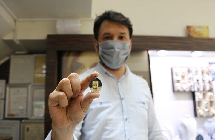 Kocaeli'de 411 TL'den satılan gram altın ve 220 TL'ye kuyumcu mağazalarında vitrinlerde yerini alan yarım gram altın, vatandaşlara yoğun ilgi gösteriyor.
