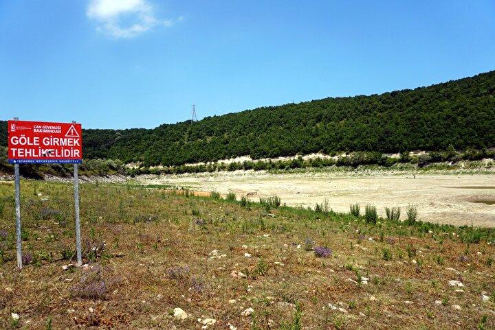 Pabuçdere Barajı tamamen kururken, besiciler zaman zaman hayvanlarını otlatmaya başladı. Baraja konulan, Can güvenliği bakımından göle girmek tehlikelidir yazısı da toprak üzerinde kaldı.