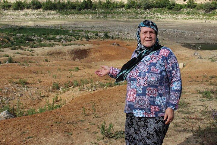 SU VAR DİYE GELDİK AMA KURUMUŞ  Köylülerden Gülten Erden ise barajın kuraklığına şaşırdığını belirterek, Baraja geldik. Baktık ki barajda su yok kurumuş vaziyette. İlk kez böyle oldu. Yoksa önceden su vardı. O kadar yağmur yağdı ama yine sularımız yok diye konuştu.