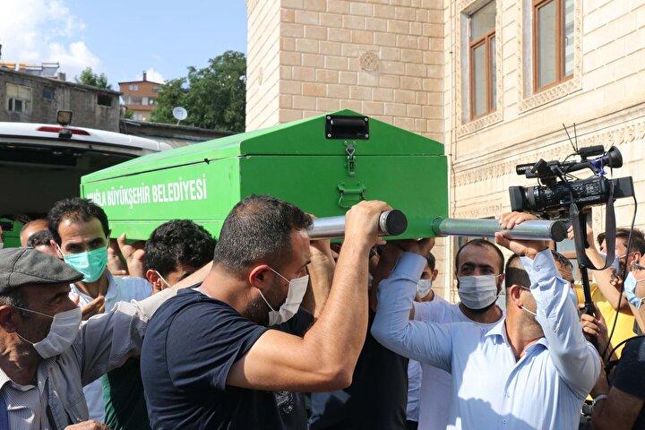 Cenaze törenine Hizan Kaymakamı Mustafa Köleoğlu, Belediye Başkanı Cezail Aktaş, Aile ve Sosyal Politikalar İl Müdürü İsmetullah Altun, bazı kurum amirleri ve vatandaşlar katıldı.