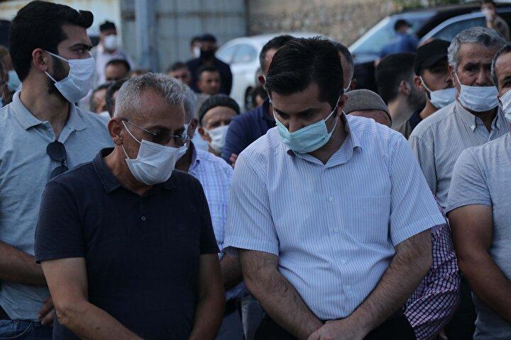 Pınar'ın tabutuna sarılan tülbenti babası Sıddık Gültekin ve Annesi Şefika Gültekin tarafından gözyaşları ile bağlandı.