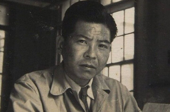 Mayıs 1945te iş gereği Hiroşimadaki tersaneye gidip çalıştı. 6 Ağustos 1945 sabahı iş yerine giderken, atom bombasının patladığı nokta olan ground zeroya 3 kilometre mesafedeydi. Sol kulak zarı yırtıldı ve bel üstünün sol tarafından yanarak ağır yaralandı. 7 Ağustos 1945te trenle Nagasakiye döndü. 9 Ağustos 1945te Nagasaki Mitsubishi Tersanesinde Hiroşimanın durumunu rapor ederken atom bombası patladı.