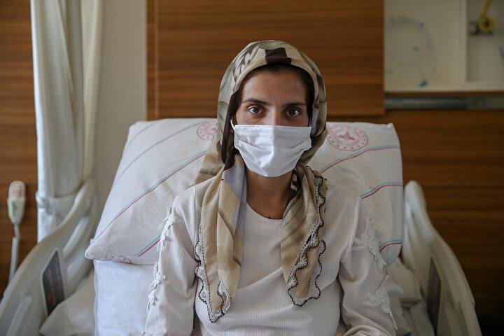 Bunun üzerine, acil servis ortamında 6 branştan doktor, anne ve bebeğin hayata tutunması için cansiperane bir mücadele ortaya koydu.