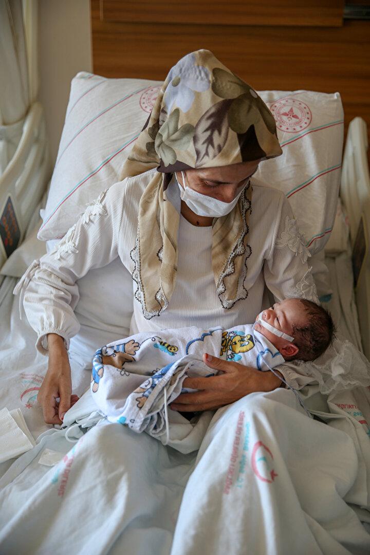 Tüm branşlardaki doktorların müdahalesiyle hayata tutunan anne ve bebeğinin, kendilerine moral kaynağı olduğunu belirten Sarıkaya, Çok organize ve yerinde müdahalelerle anne ve bebeğinin yaşaması bizim için mutluluk verici. Bu pandemi sürecinde bize moral oldu. Bu nedenle tüm ekibimizi kutluyorum. dedi.