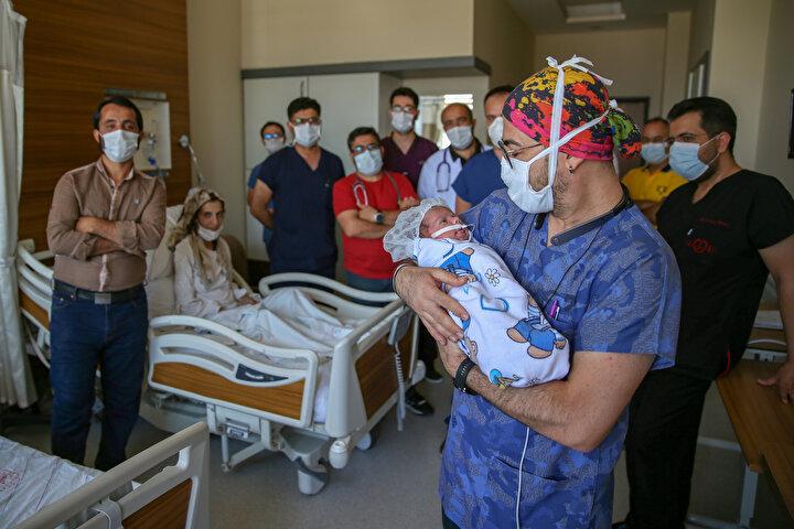 Ambulansla Van Bölge Eğitim ve Araştırma Hastanesi Acil Servisine kaldırılan anne ile karnındaki bebeğinin, kalplerinin durduğu tespit edildi.