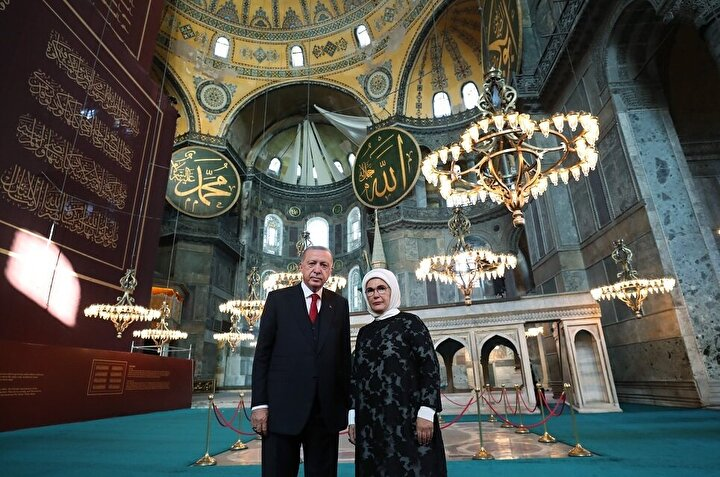 Cumhurbaşkanı Erdoğan, Ankaradaki Yüksek Askeri Şuranın ardından İstanbula gelerek Ayasofya Camisine geçti.