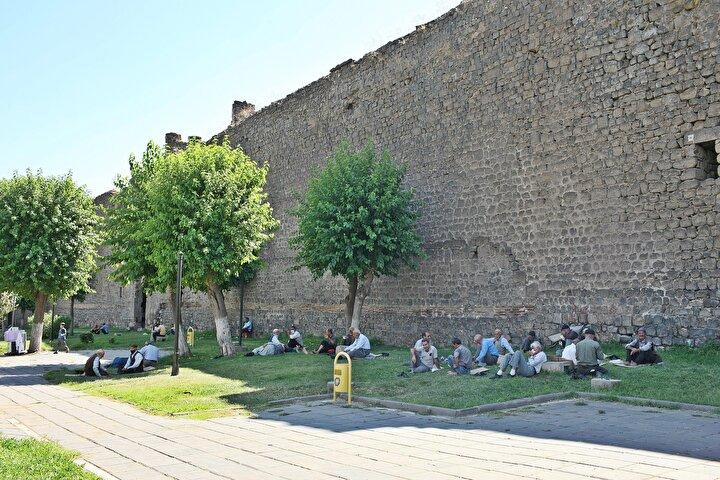 Güneydoğu Anadolu Bölgesinde etkili olan Basra kaynaklı sıcaklar havalar Diyarbakırda hayatı olumsuz etkiledi.
