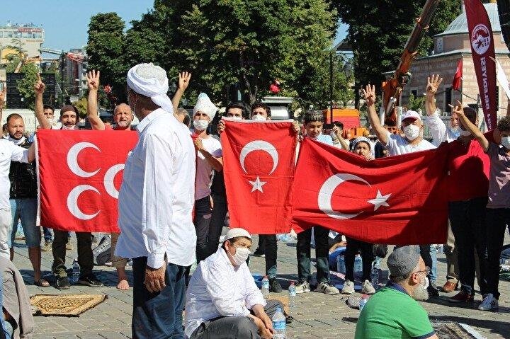 İlk namazı kılmak için seccadeleriyle birlikte gelen on binlerce vatandaş Ayasofya önüne beklemeye başladı. Türkiyenin dört bir yanından gelen on binlerce vatandaş alanda bayram coşkusu yaşıyor.