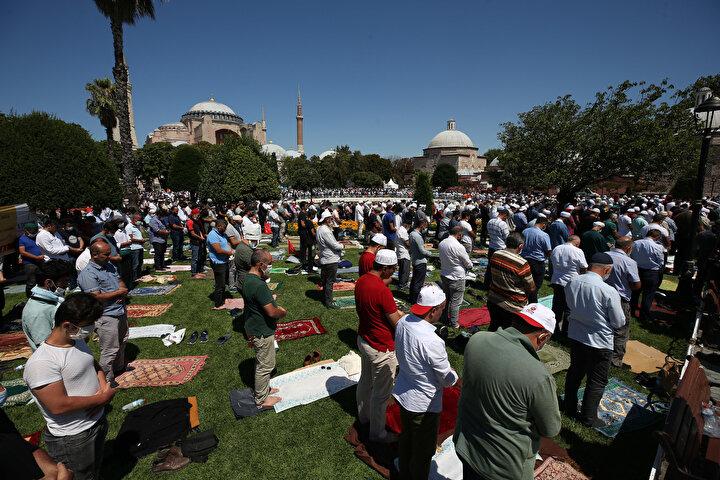 Cumhurbaşkanı Recep Tayyip Erdoğan, Ayasofyada kılınan ilk cuma namazına 350 bin kişinin katıldığını açıkladı.
