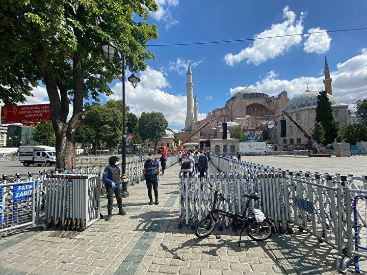 Cuma namazını Diyanet İşleri Başkanı Ali Erbaşın kıldırdığı, Cumhurbaşkanı Recep Tayyip Erdoğan ve MHP lideri Devlet Bahçelinin de katıldığı namazda cami içi ve çevresinde cemaat yoğunluk oluşturmuştu.