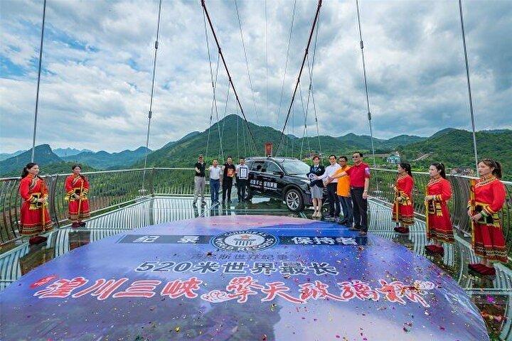 Son zamanlarda Çin'deki cam köprüler iki kişinin ölümüne yol açan kazalara neden oldu. Ancak yerel halk ve yabancı turistler cam köprülere büyük ilgi gösteriyor.