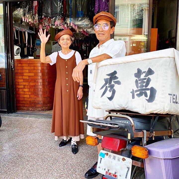 İşletmenin sahipleri Chang Wan-ji (83) ve Hsu Sho-er (84), müşterilerin dükkanda unuttukları kıyafetleri giyip, fotoğraf çektirmeye başladı.