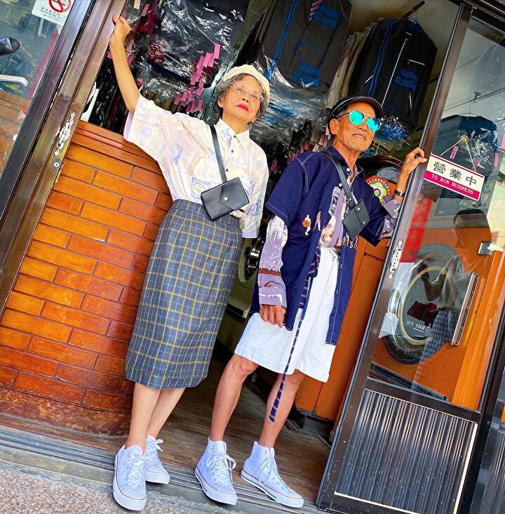 Chang, yaşlı çifte bu kıyafetleri giydirerek onların fotoğraflarını çekmeye başladı.