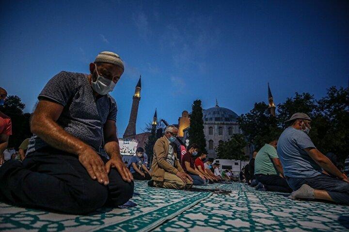 Akşam ve yatsı ezanıyla birlikte çok sayıda vatandaş, namaz için Ayasofya-i Kebir Camiinde yerini aldı.