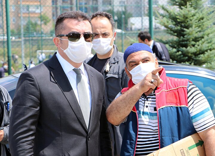 Sağlık Bakanı Fahrettin Koca, Türkiyede koronavirüs vakalarında artışın yaşandığı illerden birisinin de Erzurum olduğunu açıkladı. Maske kullanmanın zorunlu olduğu kentte, vatandaşların bir kısmının bu kurala uymuyor. Maskenin ağız ve burnu tam kapatması gerekirken, kimisinin çene altına, koluna taktığı ya da elinde tuttuğu gözlendi. Maske takmayan bazı vatandaşların ise polisi ya da kendilerini görüntüleyen basın mensuplarını görünce çıkarıp taktığı görüldü.