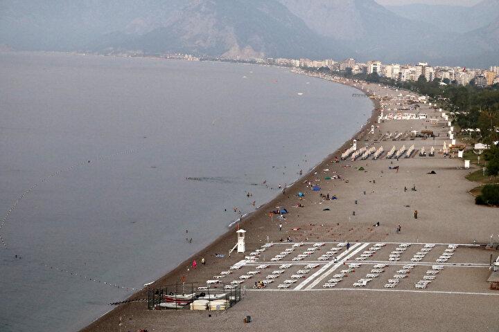 Sıcaktan bunalan Antalyalılar Konyaaltı Sahilinde sabahlıyor
