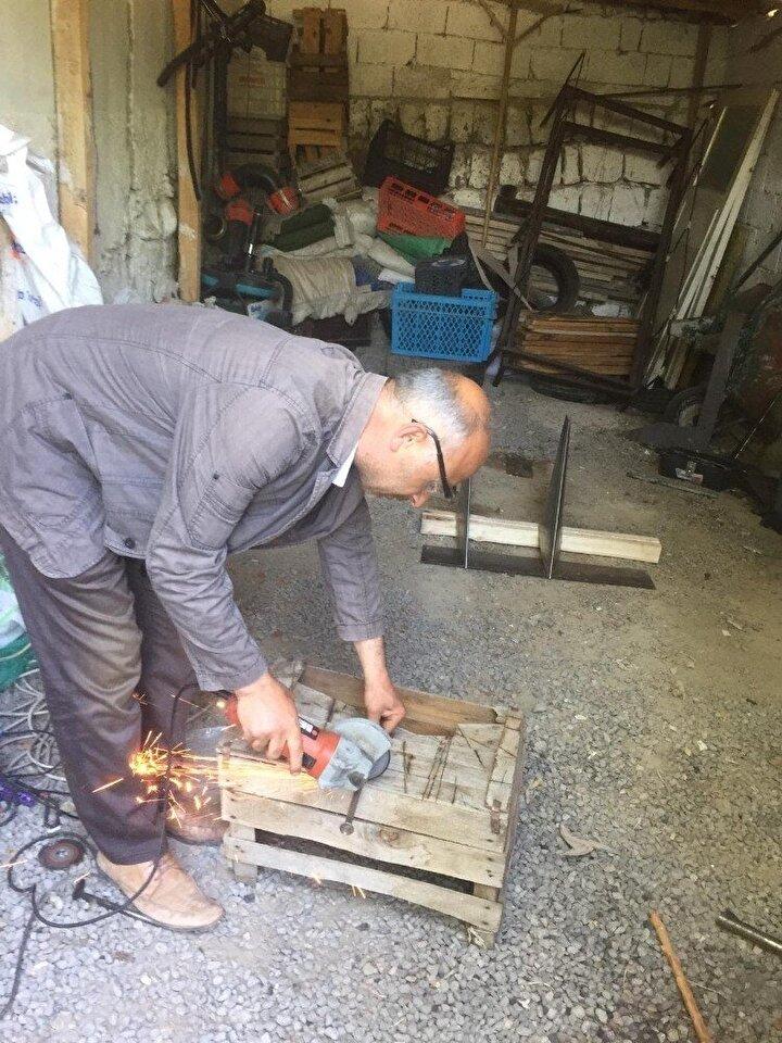 İmam Hatip Lisesi mezunu olan ve Kayseri'nin Yeşilhisar ilçesinde yaşayan 50 yaşındaki Ali Yiğit, su üzerinde koşan kertenkeleleri inceleyerek, denizde gidebilen yüksek hızlı toplu taşıma aracı yapmaya çalıştı. Projesinde atık demirler ve sac kullanan Ali Yiğit, geliştirdiği projenin 350 kilo ağırlığında, 6 metre 30 santimetre boyunda olan prototipini kısa sürede yaparak test aşamasına geçti.