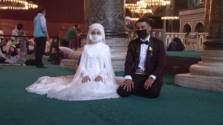 Gelin ve damattan Ayasofya-i Kebir Cami-i Şerifi'ne ziyaret Yeni evlenecek olan bir çift de gelinlik ve damatlığı ile Ayasofya'ya geldi.