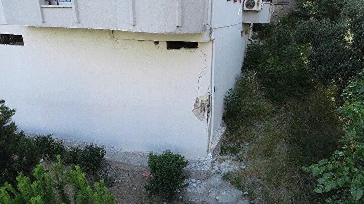 Olay yerine gelen ekipler, Mudanya Belediyesinin teknik ekipleri ile yaptıkları incelemede üç bloklu sitenin B Blokunun köşedeki zemin katında bina kolonunun patladığını tespit etti.