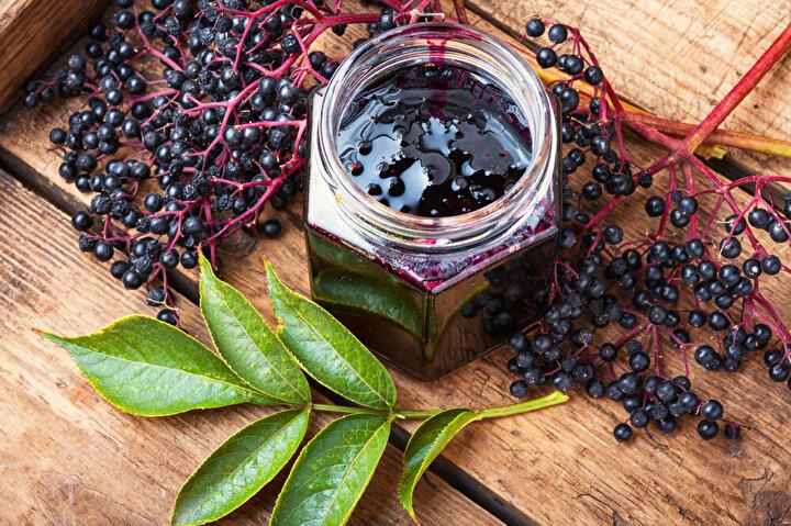Mavi-Mor Üzümler: Üzüm ailesinin gözdesi olan mavi-mor üzümler, sarı veya kırmızı üzümlere oranla daha fazla faydalı bitkisel bileşik içeriyorlar. 1 su bardağı mavi - mor üzüm (10-12 adet) 1 porsiyon meyve yerine tüketilebilir. Ancak üzüm suyu tercih edilecekse yarım porsiyonda kalmak gerekir. Mavi-mor üzümler, içerisindeki yüksek resveratrol seviyesi sayesinde vücudumuzdaki iltihabı azaltıyor; kansere, kalp hastalığına ve diyabete karşı korunmamıza yardımcı oluyor. Araştırmalar, ek olarak, resveratrolün, vücudun glikoz kullanma yeteneğini artırabildiğini ve dolayısıyla kan şekeri seviyelerini düşürebilecek insülin duyarlılığını artırdığını da gösteriyor.